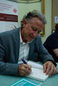 Firmando su nuevo libro Roberto Luna. Objetivo: ser tú mismo en la 19 Jornada TMT